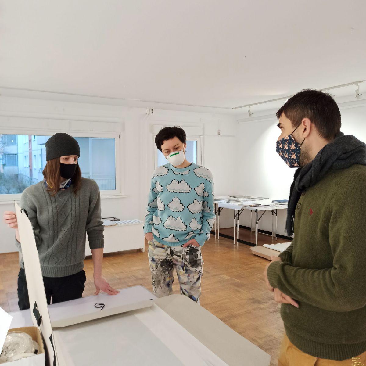"""Dominika, Valerie und Felix besprechen die Rahmungen für die Vorschau zur Ausstellung """"Chile ist erwacht! Repression und sozialer Widerstand - gestern und heute."""