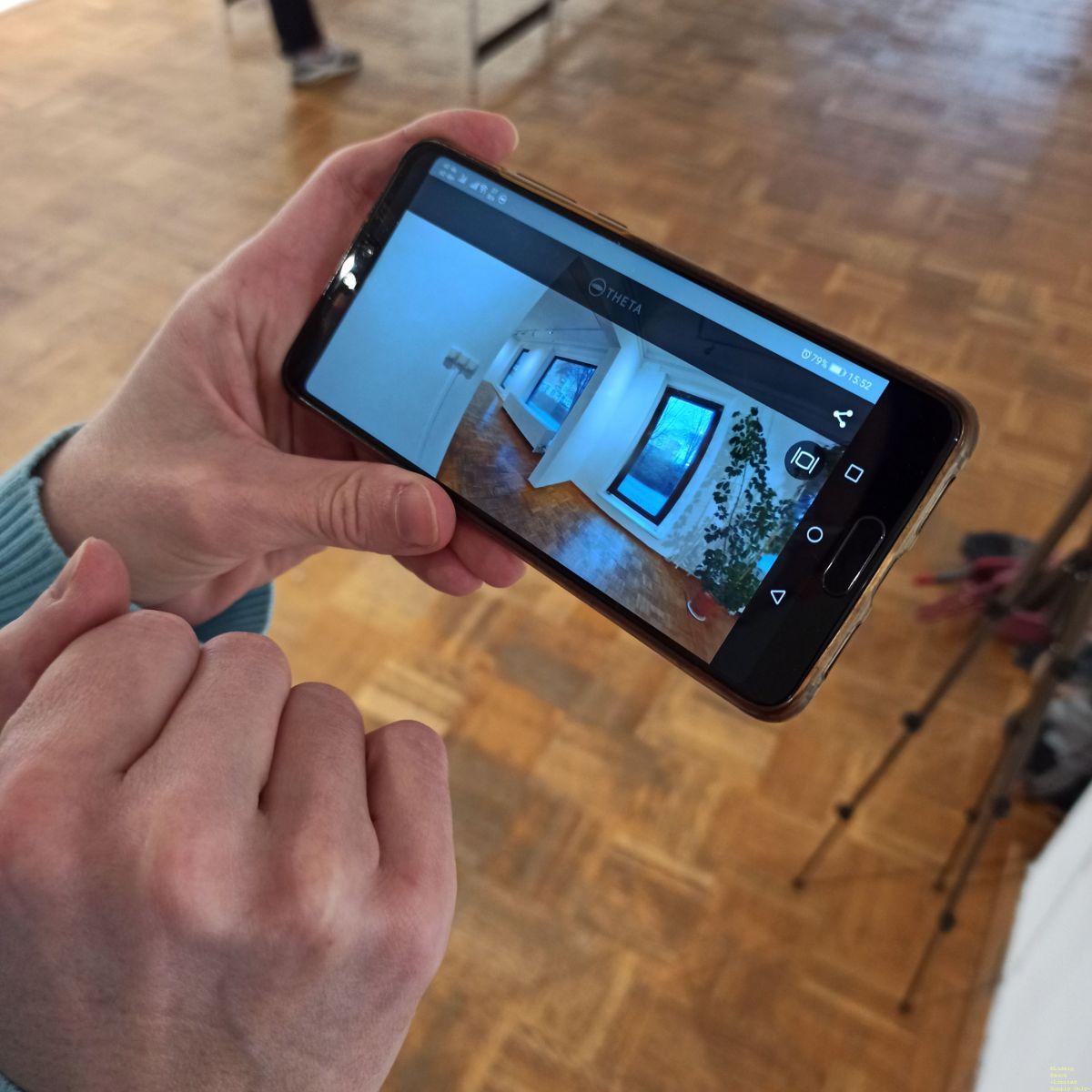 Valerie checkt ihre 360°-Aufnahmen der FOTOGALERIE.